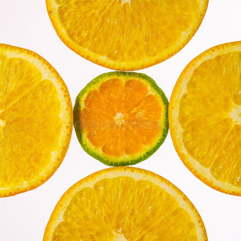 Color naranja en rodajas y mandarín en retroiluminación que muestra la textura fotos de archivo