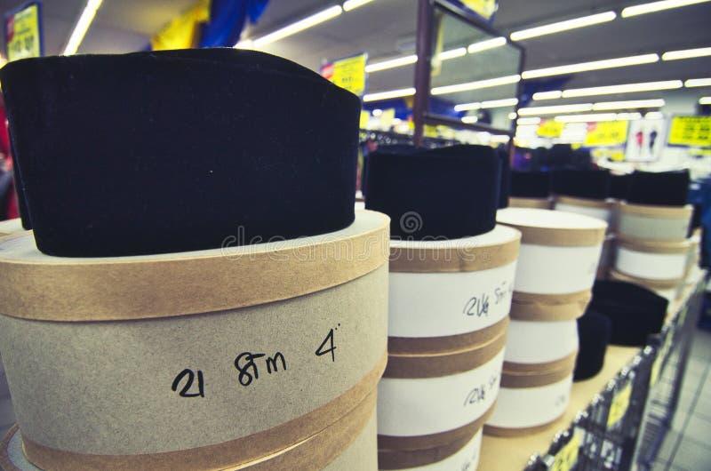 Color negro que apila el sombrero del songkok para los musulmanes en la tienda fotos de archivo