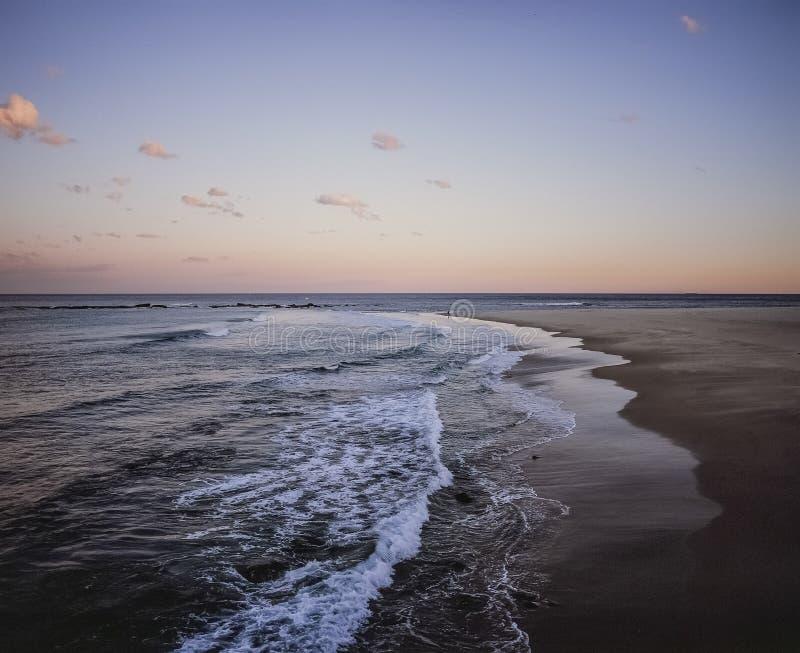 Color Newcastle Nuevo Gales del Sur Australia del paisaje de la playa de la vista lateral y de la luz de la última hora de la tar imágenes de archivo libres de regalías