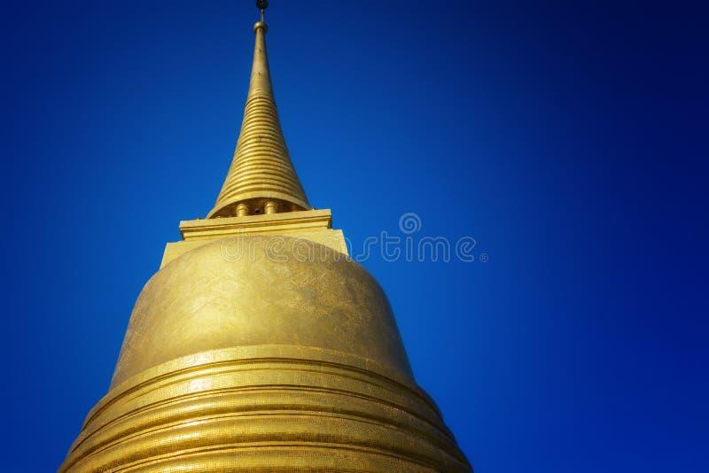 Color oro antiguo de la pagoda en la montaña de oro del templo de Wat Saket imagen de archivo libre de regalías