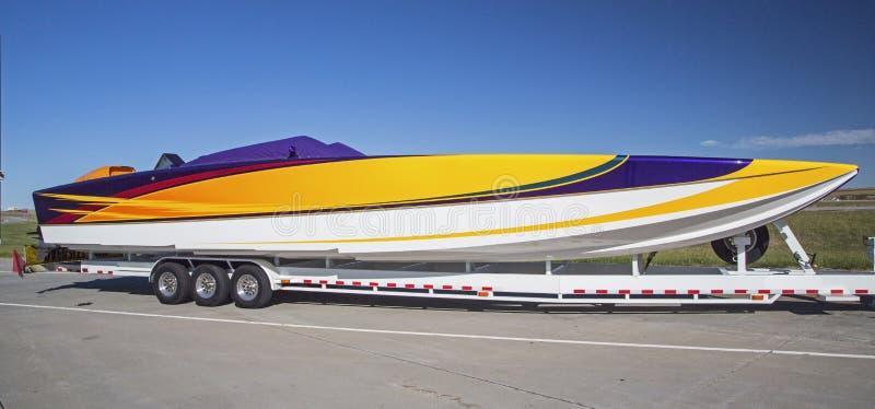 Color parqueado remolque de las rayas del barco que compite con fotografía de archivo libre de regalías