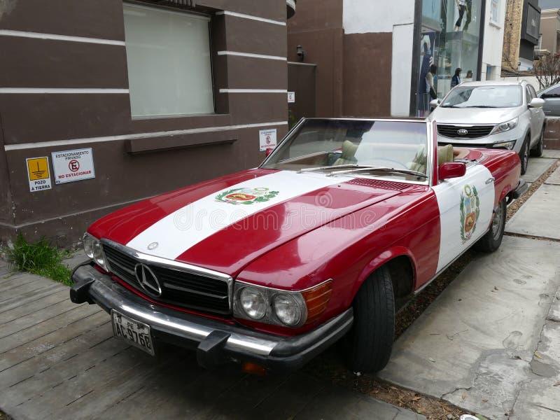 Color peruano Mercedes-Benz 450 SL de la bandera en Lima imágenes de archivo libres de regalías