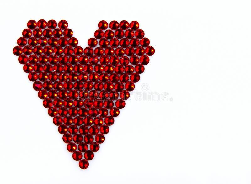 Color rojo chispeante precioso de los diamantes artificiales, en forma de corazón doblada, o fotografía de archivo libre de regalías