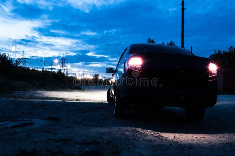Color rojo de las luces del coche paseos de la noche alrededor de la ciudad foto de archivo