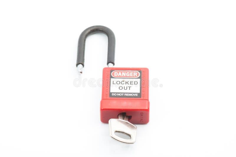 Color rojo del candado del cierre con llave en fondo aislado fotos de archivo libres de regalías