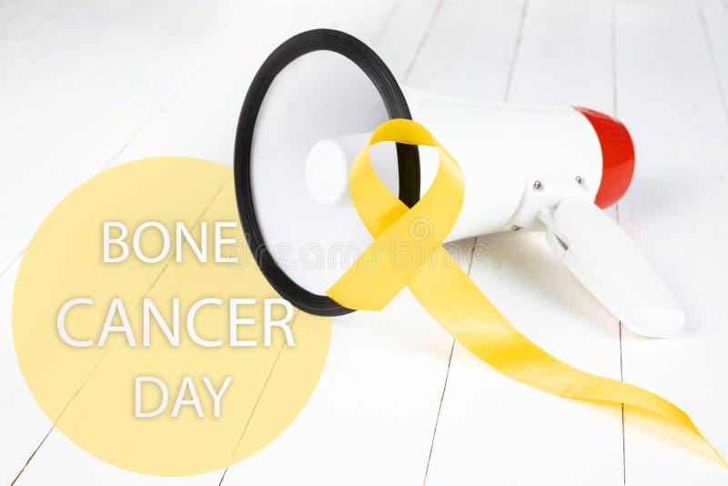 Color simbólico de la cinta amarilla para la conciencia del cáncer de hueso del sarcoma y la prevención del suicidio foto de archivo libre de regalías