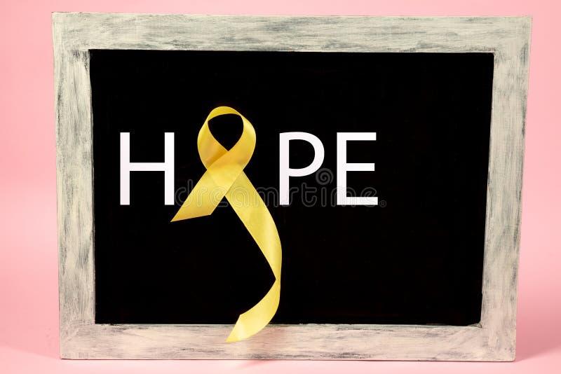 Color simbólico de la cinta amarilla para la conciencia del cáncer de hueso del sarcoma y la prevención del suicidio fotografía de archivo libre de regalías