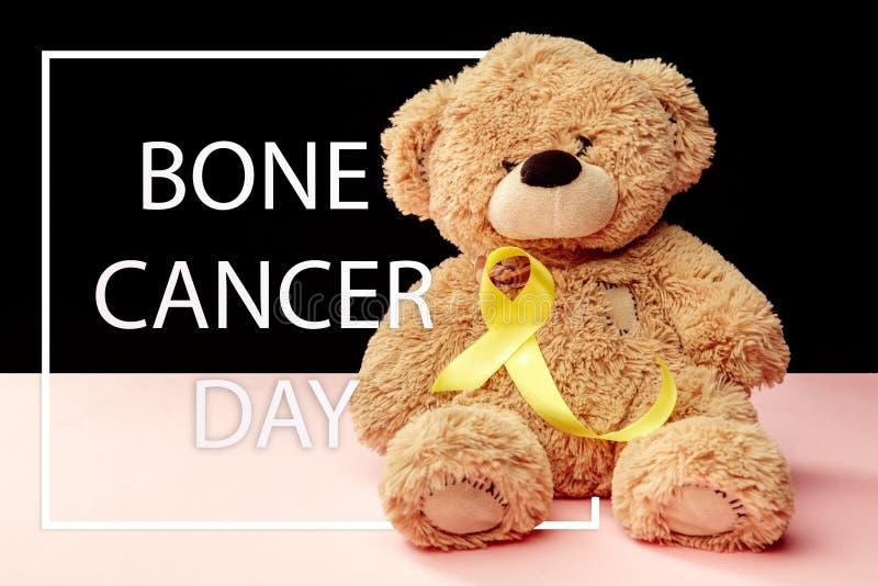 Color simbólico de la cinta amarilla para la conciencia del cáncer de hueso del sarcoma y la prevención del suicidio imagen de archivo libre de regalías