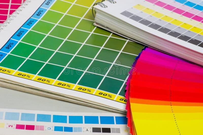 Color vägleder och färgar fläktar arkivfoton