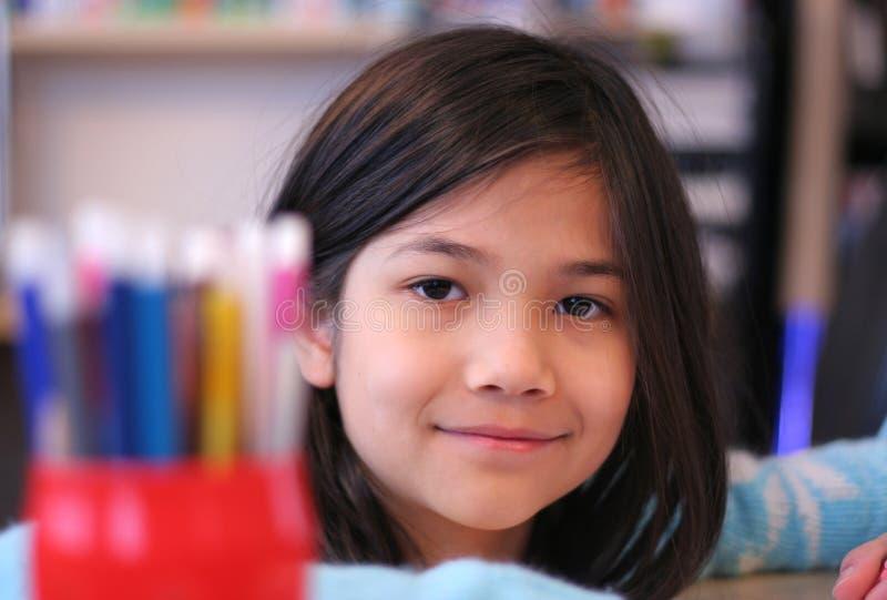 Coloração da menina dos anos de idade nove imagens de stock royalty free