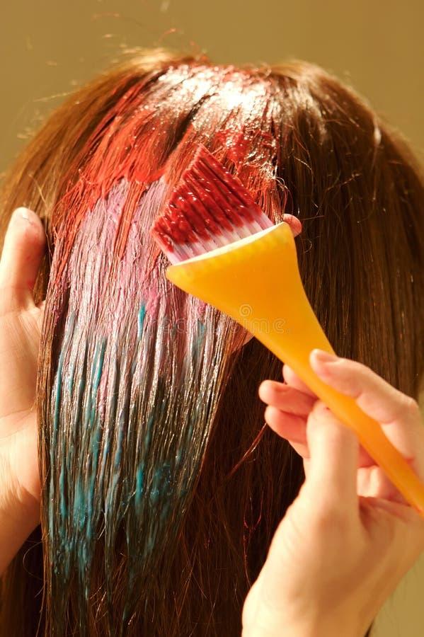 Coloração de cabelo fêmea em um salão de beleza fotos de stock