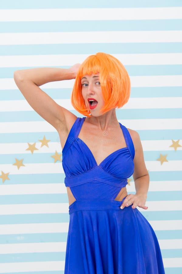 Coloração de cabelo moderna no salão de beleza do cabeleireiro a menina louca fez a coloração de cabelo na cor alaranjada olhar l foto de stock