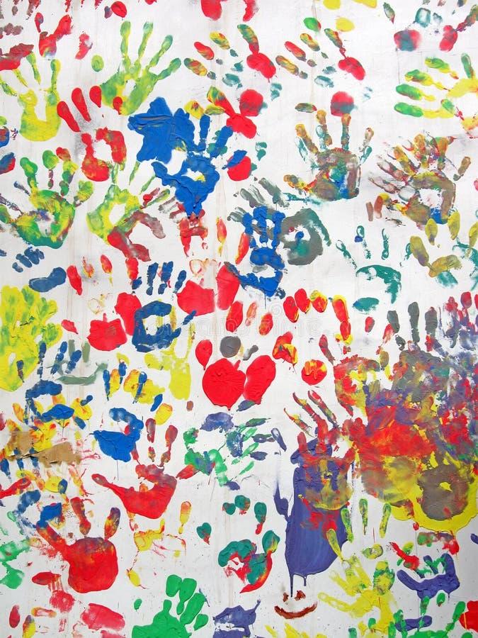 Colora as mãos na parede, diversidade do montão do handprint, fotos de stock
