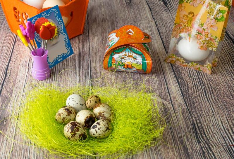 Colora a decoração da tabela dos ovos da páscoa com imagens para ovos foto de stock royalty free