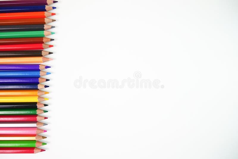 Colora lápis colocados horizontalmente em um fundo branco foto de stock