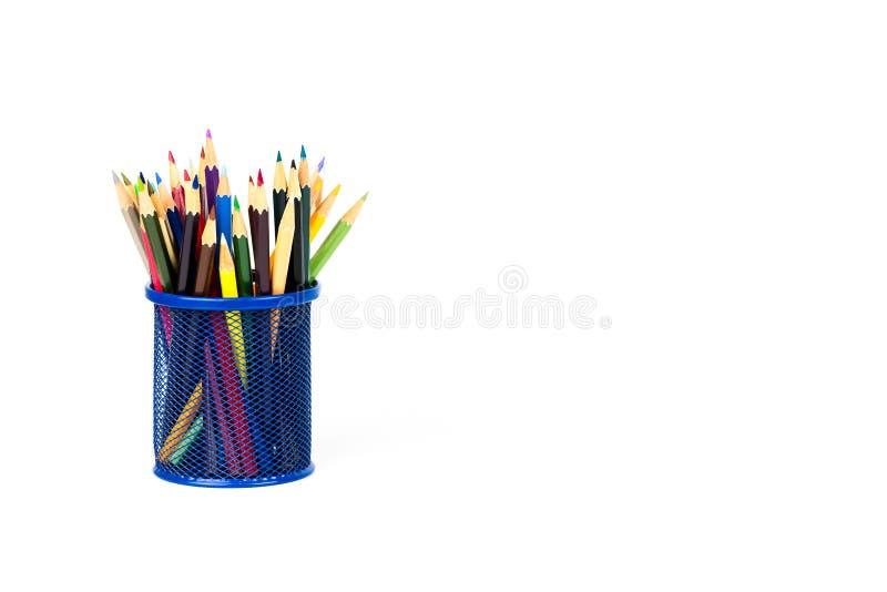 Colora lápis em uma caixa de lápis no fundo branco imagens de stock
