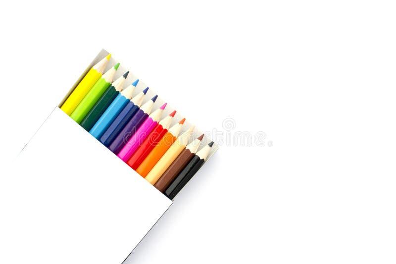 Colora lápis em uma caixa no fundo branco imagens de stock