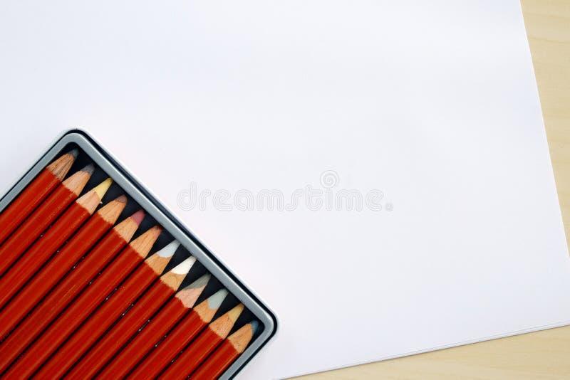 Colora lápis na caixa no fundo do Livro Branco foto de stock
