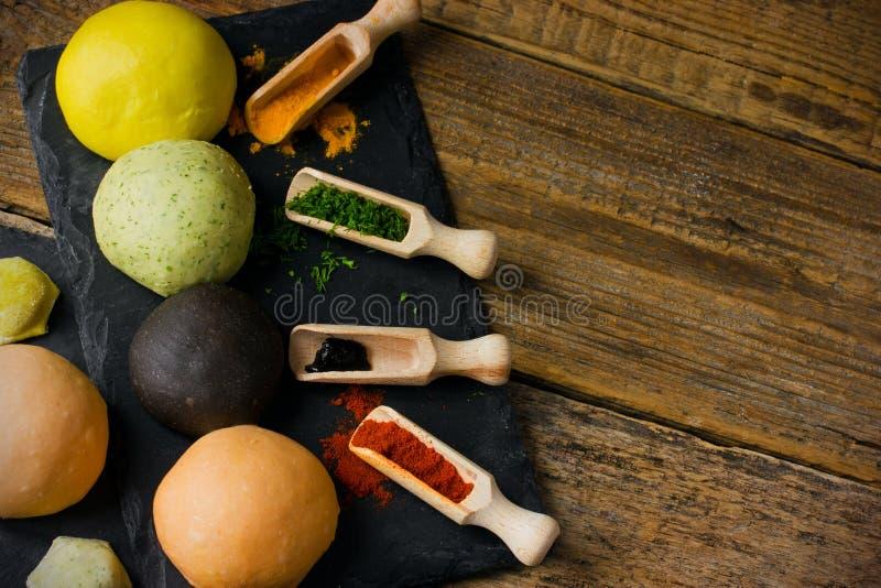 Colora a massa crua para a massa, bolinhas de massa, ravioli, lasanha, pelmeni foto de stock royalty free