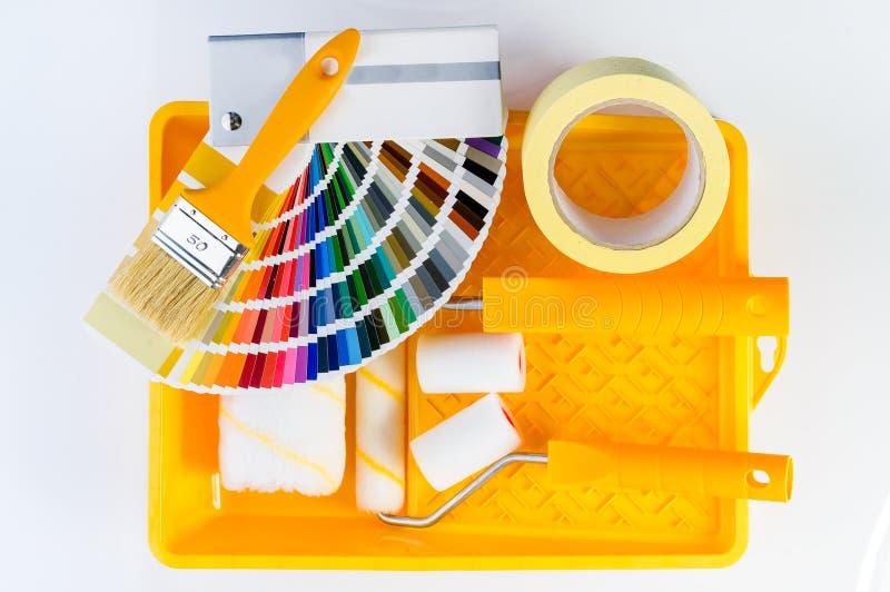 Colora o catálogo das amostras, a escova, a bandeja da pintura, a fita adesiva e a dor imagem de stock royalty free
