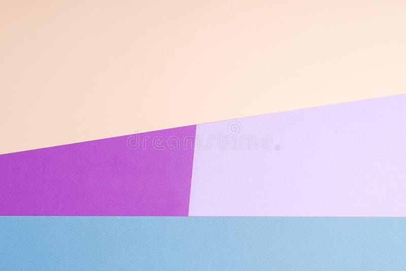 Colora o fundo liso da composição da geometria dos papéis com violeta, azul, lilás, bege foto de stock