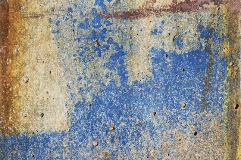 Colora a textura brilhante do concreto destruído com a oxidação aparecendo e da cor azul no grunge foto de stock