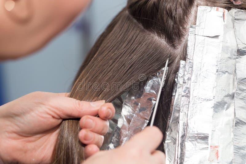 Coloración del cabello en un salón de belleza foto de archivo