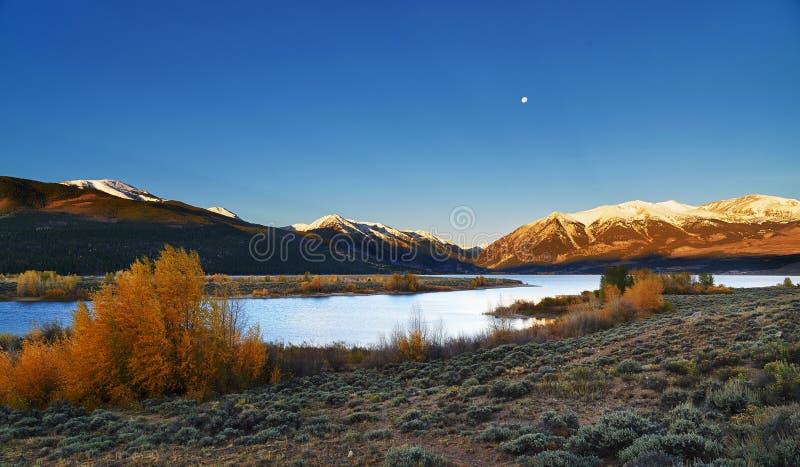 Colorado bergsoluppgång på de tvilling- sjöarna arkivfoton