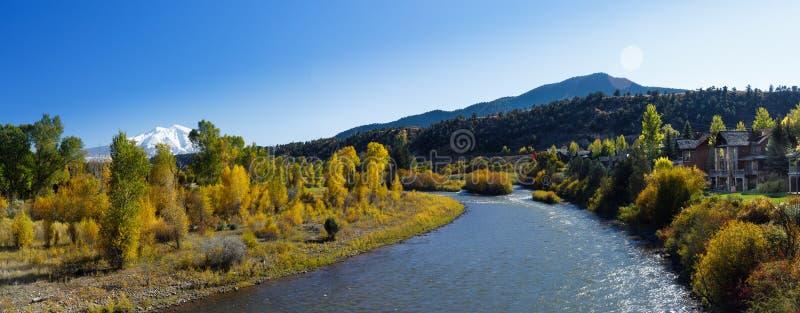 Colorado-Erholungsort nahe Fluss stockbild