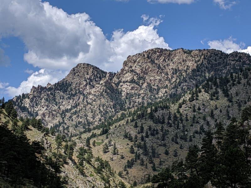 Colorado Rockies kissar en blå himmel arkivfoton