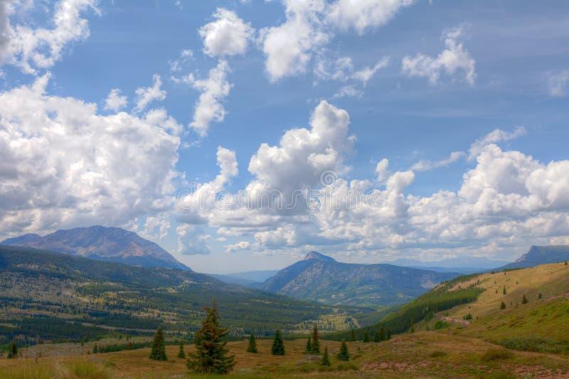 Colorado Rockies sulla traccia di Colorado vicino al piccolo lago molas immagini stock libere da diritti