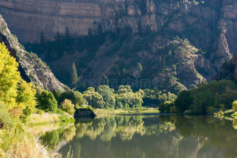 Coloradofloden i den Glenwood kanjonen royaltyfria foton