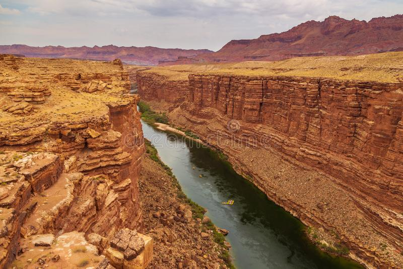 Coloradofloden, som den flödar till och med marmorkanjonen royaltyfri foto