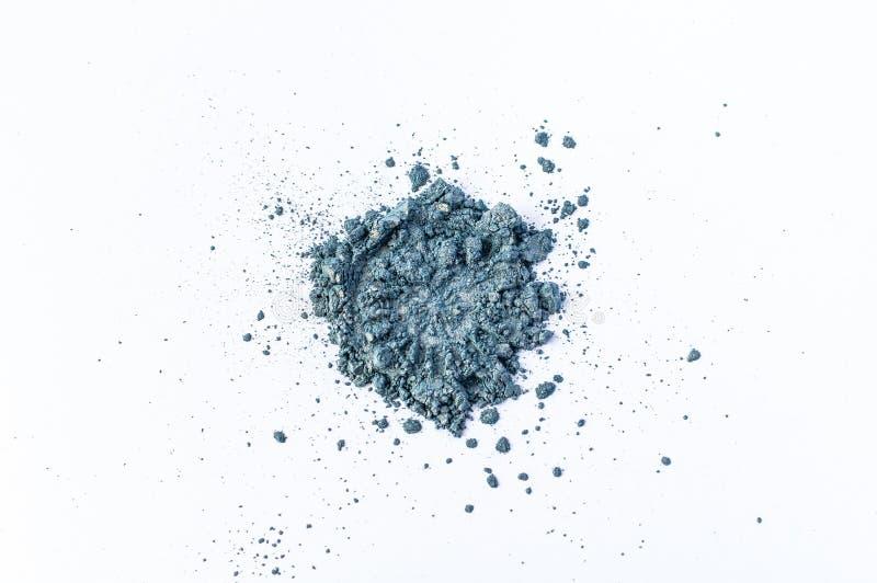 Colorant coloré bleu naturel de satin Poudre cosmétique lâche Colorant de fard à paupières d'isolement sur un fond blanc, en gros image stock
