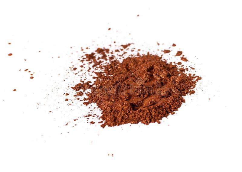 Colorant de couleur orange naturel de satin Poudre cosmétique lâche Colorant de fard à paupières d'isolement sur un fond blanc, e photo libre de droits