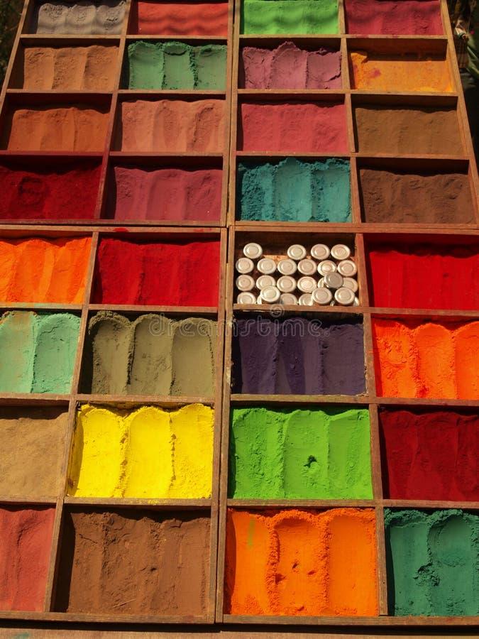 Colorant naturel pur de tissu sur le marché de Katmandou photos stock