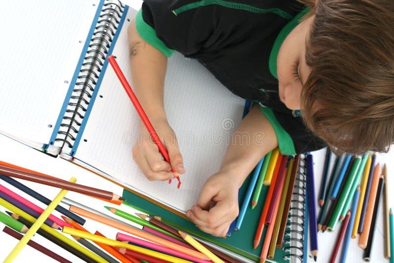 Colorante del niño en el suelo fotografía de archivo libre de regalías