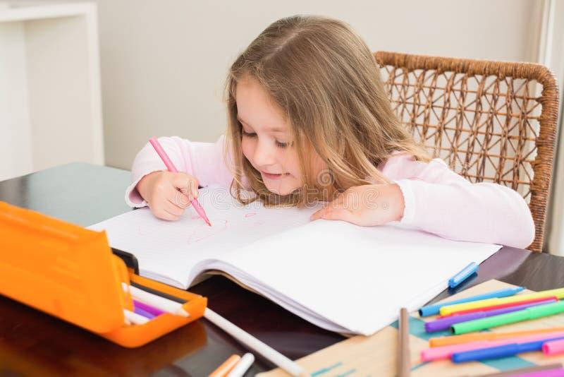 Colorante lindo de la niña en la tabla foto de archivo libre de regalías