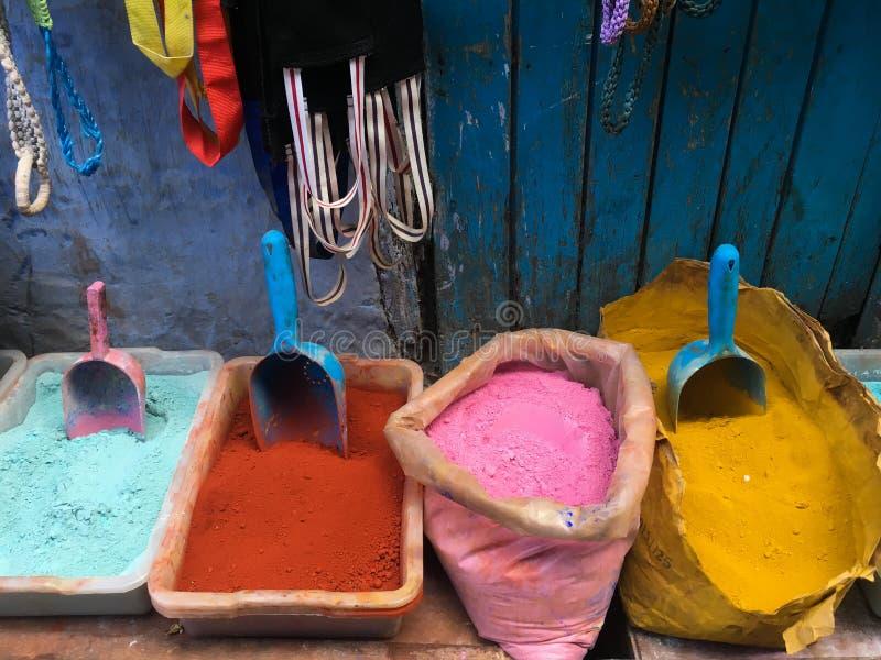 Colorants à vendre sur une rue en Médina de Chefchaouen, Maroc, petite ville au Maroc du nord-ouest image stock