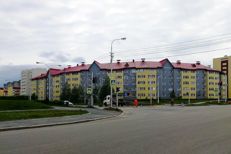 Coloration arrondie de service de maison et de route du passage pour piétons, vue de l'intersection images stock