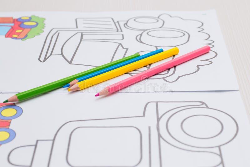 Coloration avec des crayons pour le bébé images stock