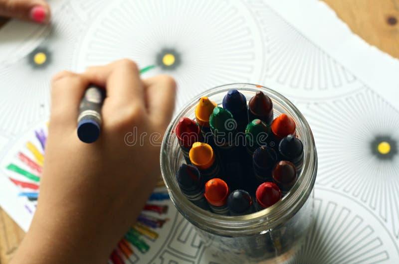 Coloration d'enfant avec des crayons photo stock