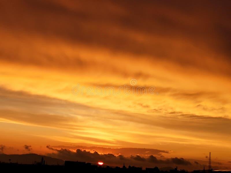 Coloration firy de vue d'arrangement de Sun et nuageux photos libres de droits