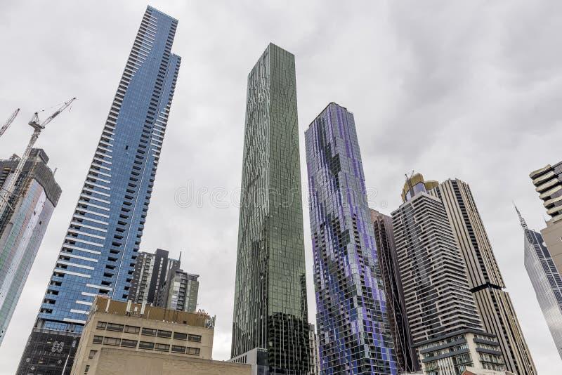 Coloreó brillantemente rascacielos en Melbourne central, Australia, contra un cielo nublado imágenes de archivo libres de regalías