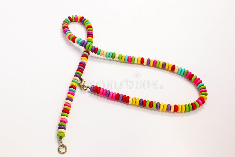 Colore allegro di multi presentazione fatta domestica colorata della collana delle vecchie perle dei gioielli immagini stock