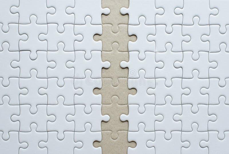 Colore bianco del puzzle, griglia dei pezzi di puzzle di fila, modello della soluzione del mosaico di successo immagini stock libere da diritti