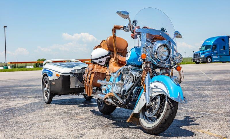 Colore blu della motocicletta su ordinazione con il rimorchio, parcheggiato all'aperto in un giorno di molla soleggiato U.S.A. immagine stock