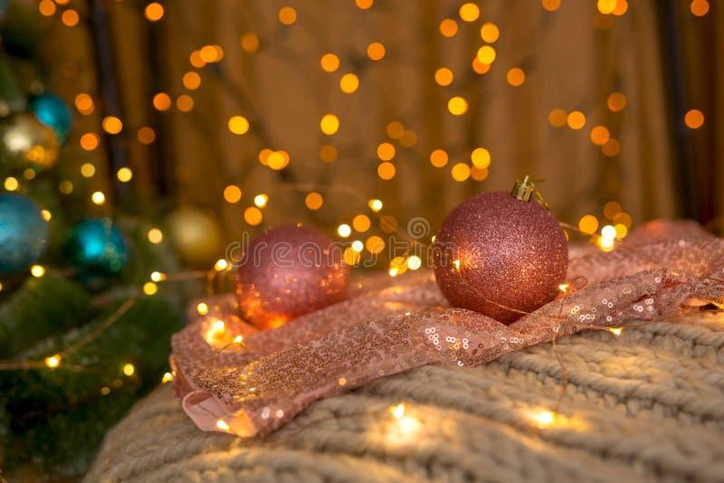 Colore di corallo delle palle di NChristmas sui precedenti delle luci fotografia stock