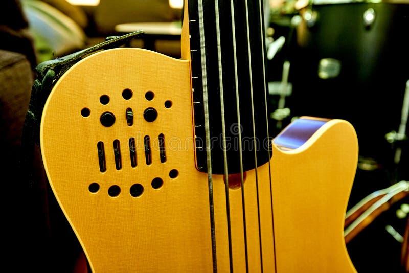 Colore di giallo del corpo della chitarra elettrica immagini stock