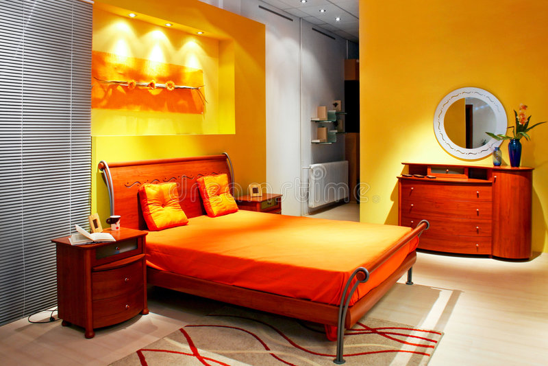 Colore giallo della camera da letto fotografia stock for Camera da letto del soffitto della cattedrale
